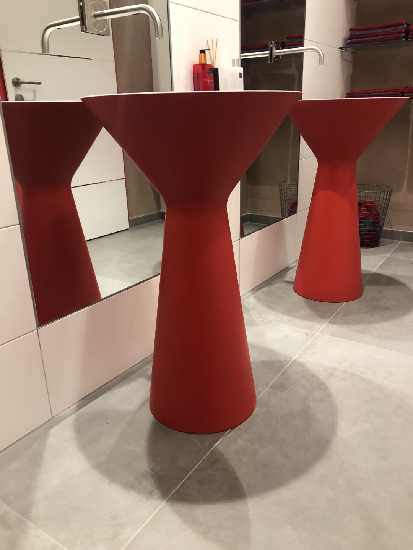 freitstehendes Waschbecken in rot