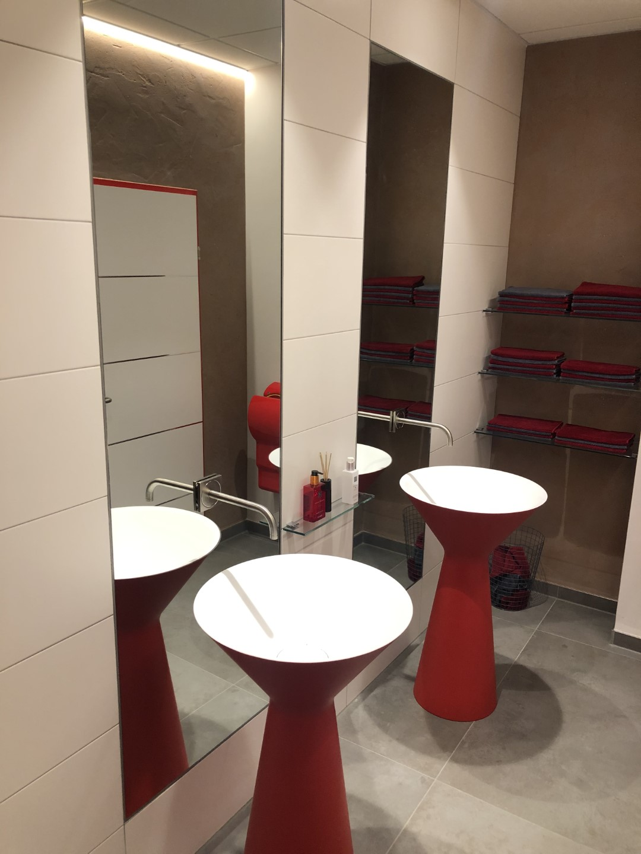 rotes Waschbecken und ein Spiegel