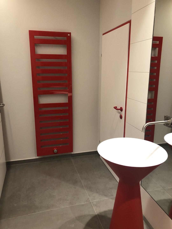rotes Waschbecken, roter Heizkörper